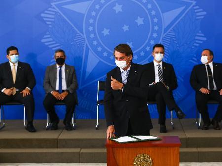 o-presidente-jair-bolsonaro-usa-mascara-durante-cerimonia-para-sancao-de-projeto-de-lei-que-viabiliza-compra-de-vacinas-da-pfizer-e-janssen-1615408796675_v2_450x337